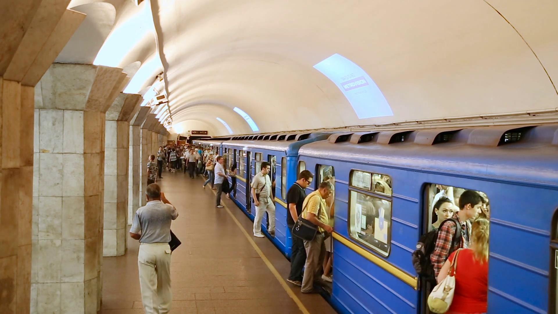 Бійка між чоловіками заважала руху поїздів метро (відео) -  - kiev ukraine june 25 2015 arrival subway train station maydan nezalezhnosti embarking passengers in the subway kiev peron metro station kiev metro h8gbeklxg thumbnail full13