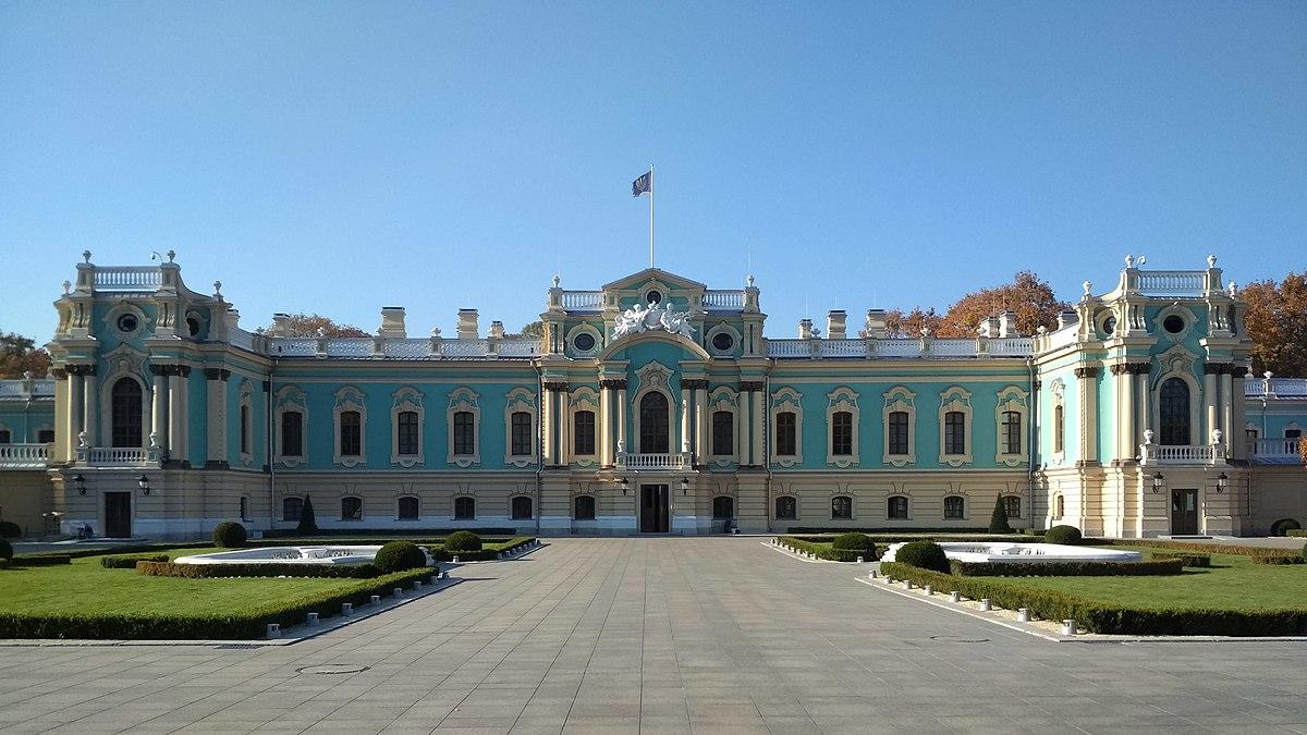 1200px-Mariinsky_Palace_Kyiv_October_2018_01 Найкрасивіші палаци України