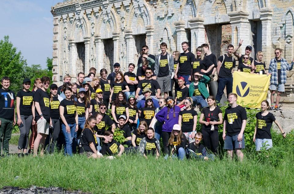 80 волонтерів з усієї України наводили лад на руїнах садиби Остен-Сакен у Немішаєвому - толока, Остен-Сакен, Немішаєве - 2005 nemesh3