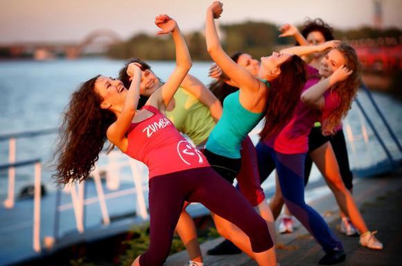 Літо стартує у веселих рухах : на Хрещатику по вихідним танцюватимуть Зумбу і не тільки -  - 3 10