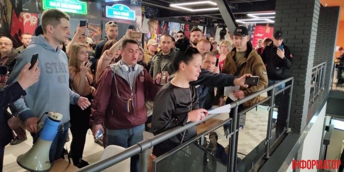 """59532119_406714123512109_375247083583569920_n-695x348 Люди заблокували роботу """"МегаМаркету"""" в Києві -  вимагають помсти"""