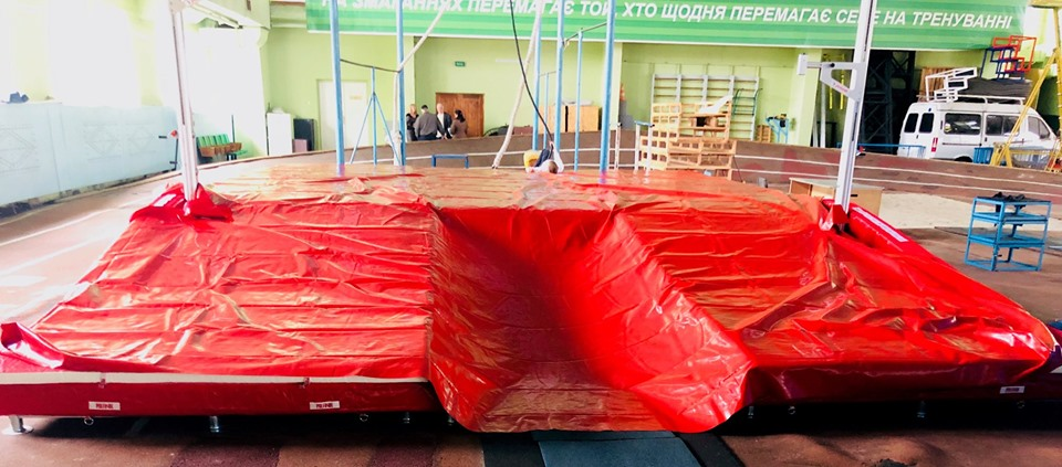 59918165_2054246594883298_5128859145256042496_n Легкоатлети Київщини отримали нову сучасну яму для стрибків з жердиною