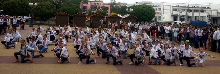 """Учні Борисполя влаштували флешмоб """"Вишиванка-душа України"""" -  - 60180703 2089958154459733 906026310323666944 n"""