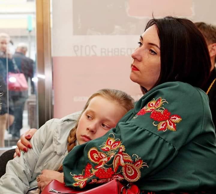 До Дня матері у столиці влаштували  фотопроект присвячений матерям, котрі втратили своїх синів на війні -  - 60187490 348994012423576 4099136024460918784 n