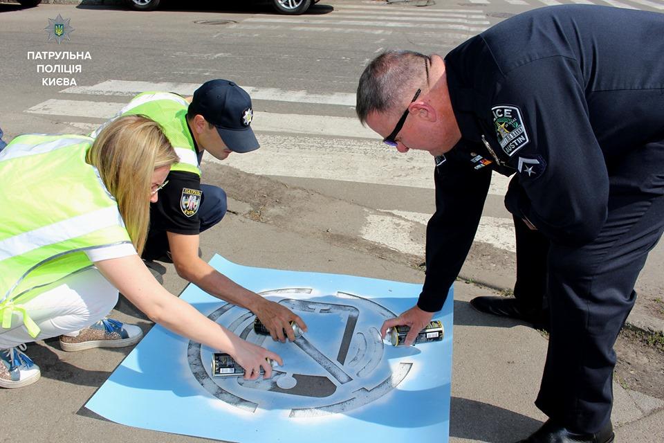 На тротуари Києва нанесли попереджувальні написи - Тротуари, столичні патрульні, столиця, профілактичні заходи, попереджувальні написи, пішохід, патрульна поліція, патруль, Київ, Діти, Безпека - 60201469 452650395482036 5128397887243288576 n