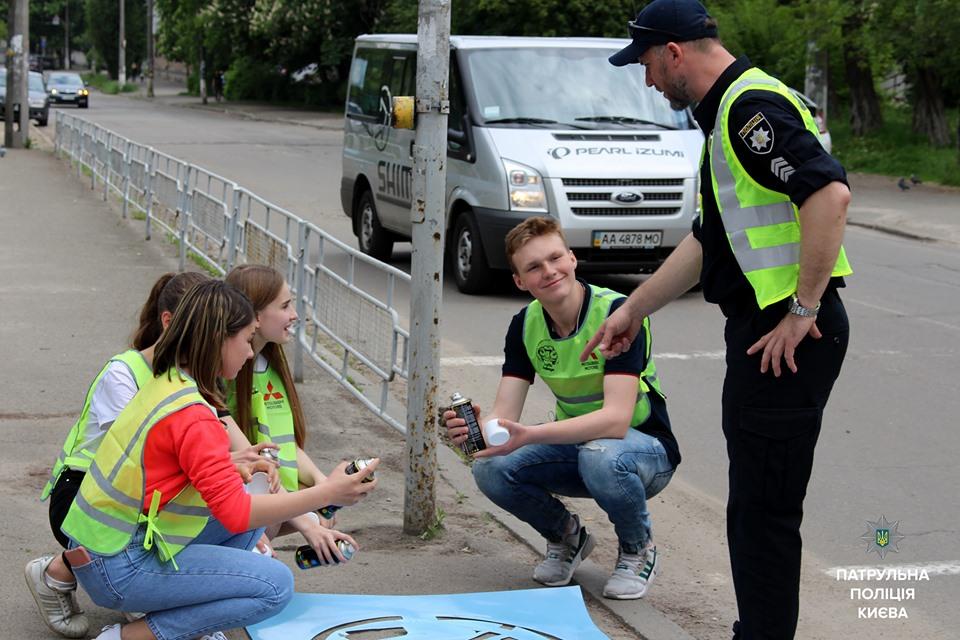На тротуари Києва нанесли попереджувальні написи - Тротуари, столичні патрульні, столиця, профілактичні заходи, попереджувальні написи, пішохід, патрульна поліція, патруль, Київ, Діти, Безпека - 60234141 452650075482068 1429140558038695936 n