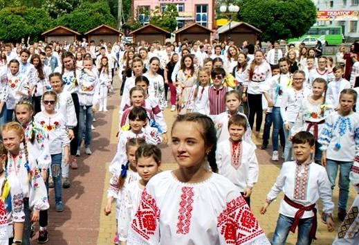 """Учні Борисполя влаштували флешмоб """"Вишиванка-душа України"""" -  - 60325985 2089977181124497 2632216968446345216 n"""