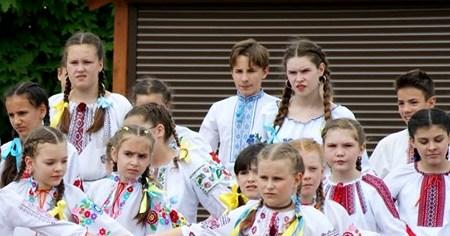 """Учні Борисполя влаштували флешмоб """"Вишиванка-душа України"""" -  - 60578689 2089976234457925 1617624450499346432 n"""