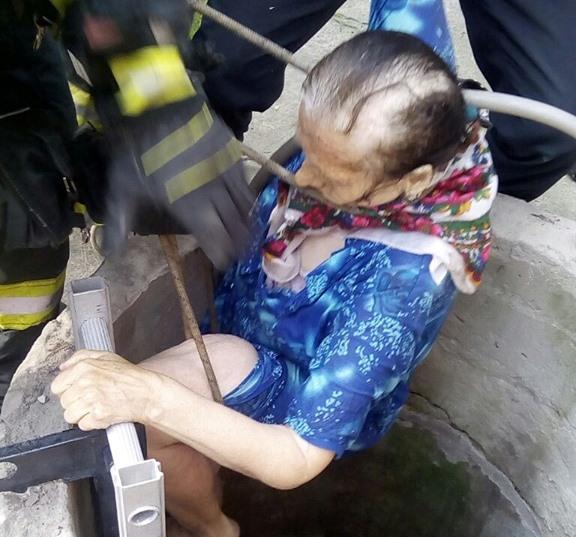 В Ірпені врятували бабусю, яка впала у 6-метровий колодязь -  - 61729370 411820322741454 1629682008542150656 n