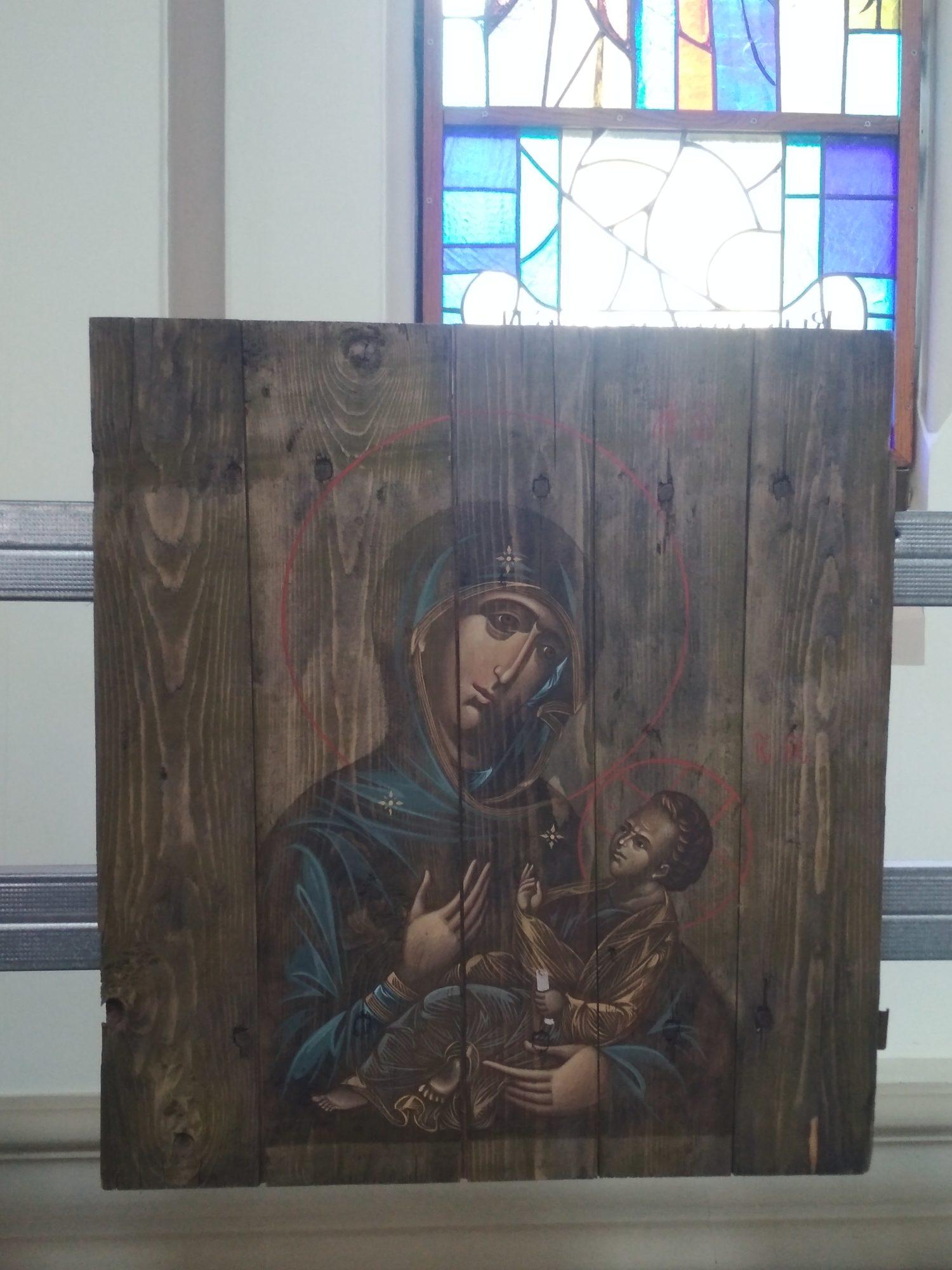 IMG_20190512_1212151-1500x2000 У Фастівському костелі відкрилась виставка ікон, намальованих на ящиках з-під набоїв