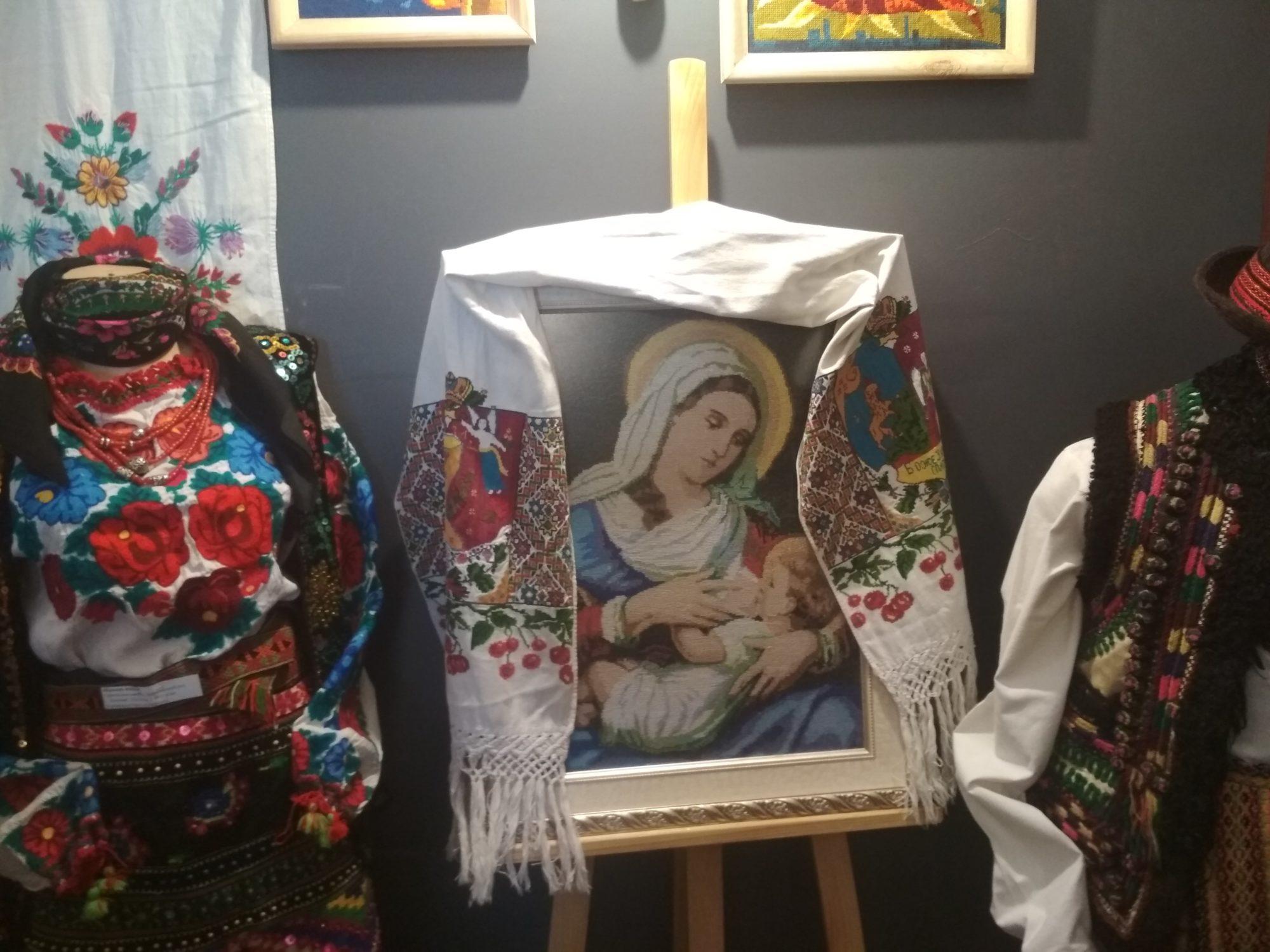 У Фастові відкрилась виставка вишивки «Сакральний код моєї країни» - вишиванки - IMG 20190516 113153 2000x1500