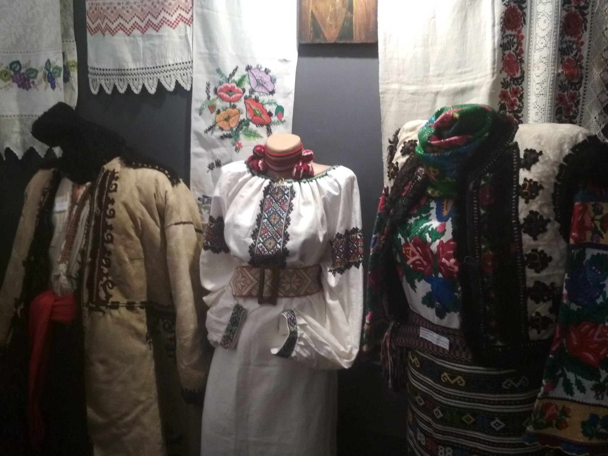 У Фастові відкрилась виставка вишивки «Сакральний код моєї країни» - вишиванки - IMG 20190516 113226 2000x1500