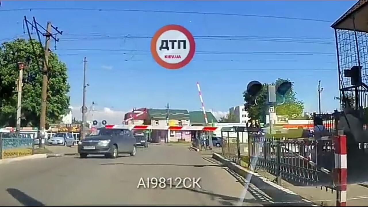 """Тарасівка """"рулить"""", або як проїхати переїзд на червоне світло - Тарасівка, порушення ПДР, залізничний переїзд, водій, Боярка - S90527 125955"""