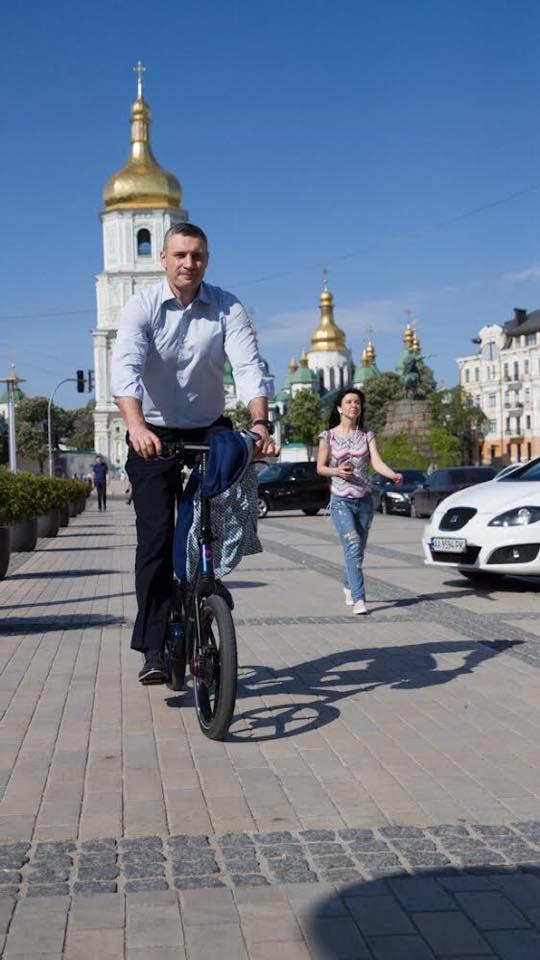 На інавгурацію на велосипеді : Віталій Кличко приємно здивував киян -  - image originals 1