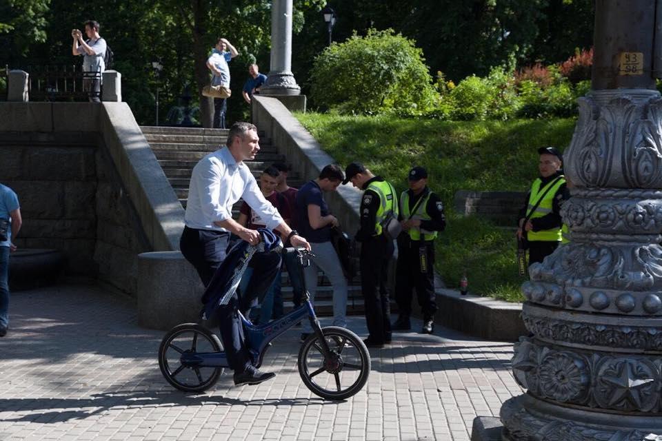 На інавгурацію на велосипеді : Віталій Кличко приємно здивував киян -  - image originals 2