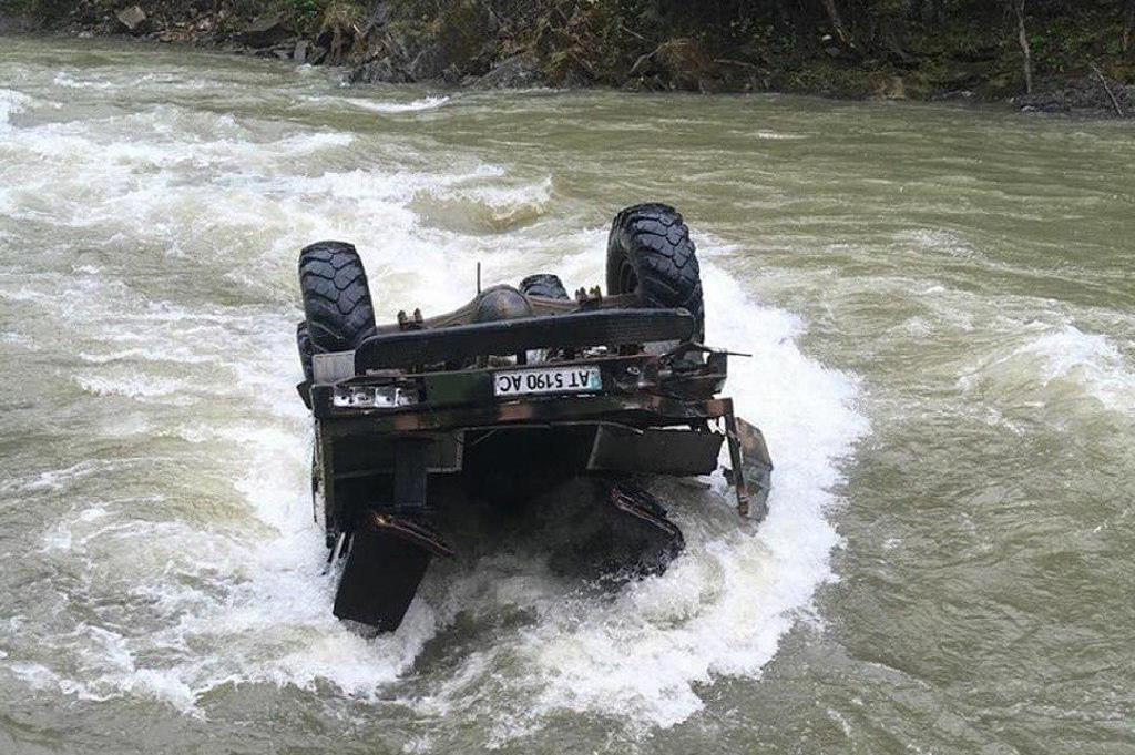 У Карпатах машина з туристами злетіла з 40-метрової висоти в річку -  - photo 2019 05 06 12 39 41