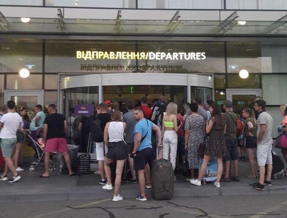 """4fe87f74db6baf7ab756dba917cb48de Розлючені пасажири блокували один із терміналів аеропорту """"Бориспіль"""""""