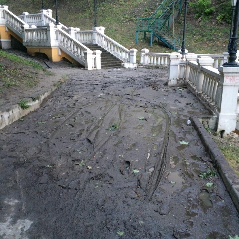 Не для прогулянок: багнюка в центрі Києва - столиця, пішохідний міст, Київ, дощі - 65462432 1644545905679134 8181780070289899520 n