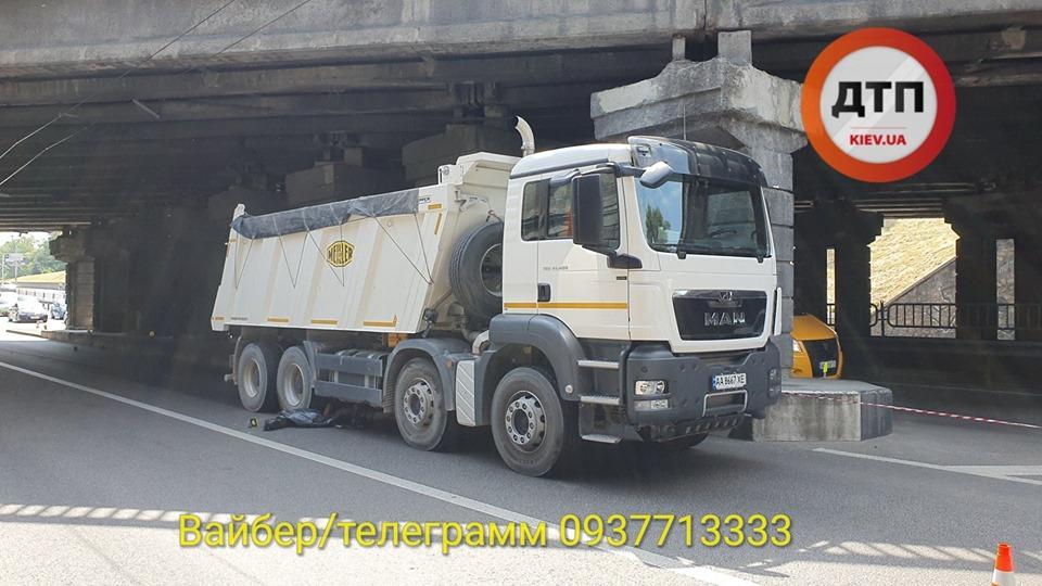 Samogub-1 З мосту – під колеса вантажівки: в Києві на проспекті Перемоги загинув чоловік