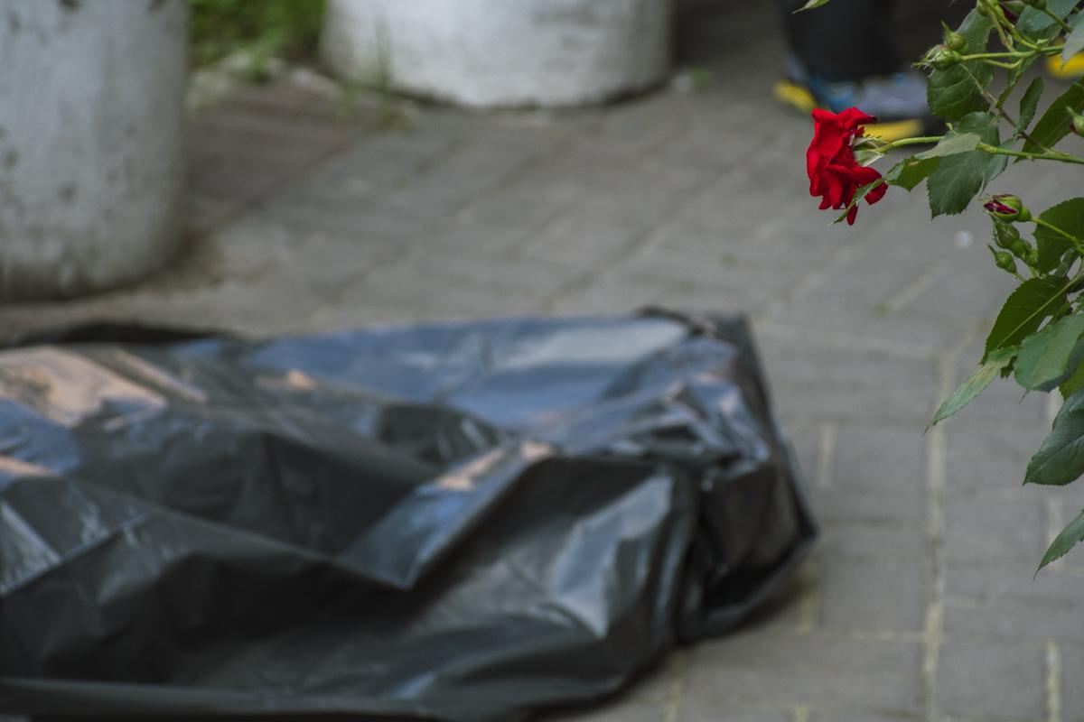 У Києві дівчина випала з балкону багатоповерхівки