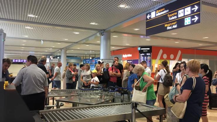 """Розлючені пасажири блокували один із терміналів аеропорту """"Бориспіль"""" -  - foto iz facebook rect 7b04c02a9ed44f107995c864e79bae70"""