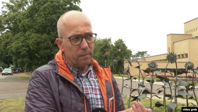 0718_Niderlandy_batko_litak У Нідерландському Гілверсюмі садять соняшники на вшанування пам'яті жертв аварії МН17