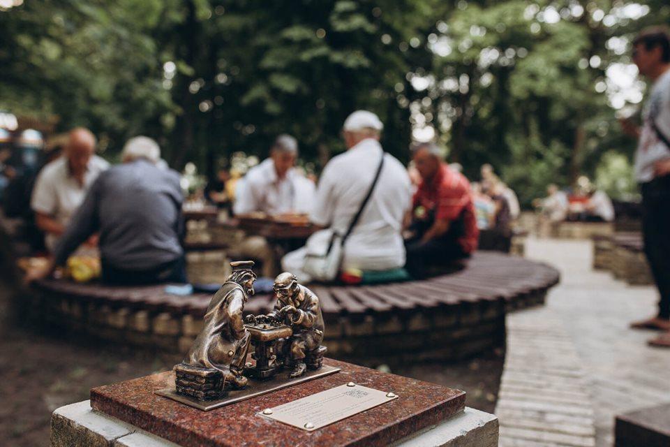 Парк Шевченка прикрасив мініатюрний бронзовий пам'ятник «Шахісти» -  - 23