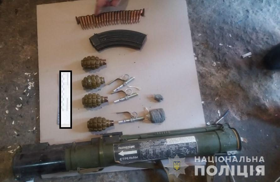 24_zbroya На Київщині чоловіку, що зберігав вдома арсенал зброї, загрожує від 3 до 7 років в'язниці