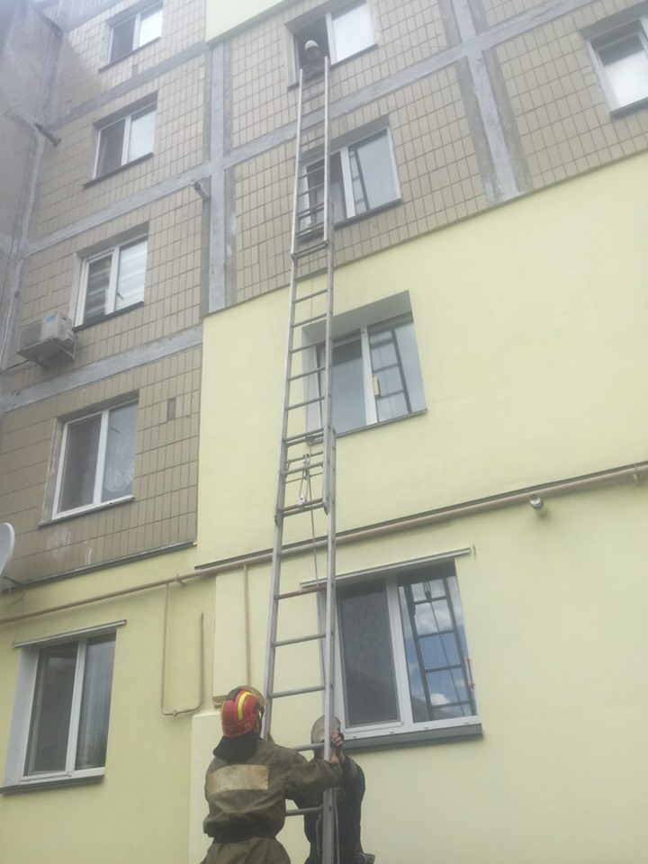 Васильківські рятувальники звільнили з квартирної «пастки» дитину