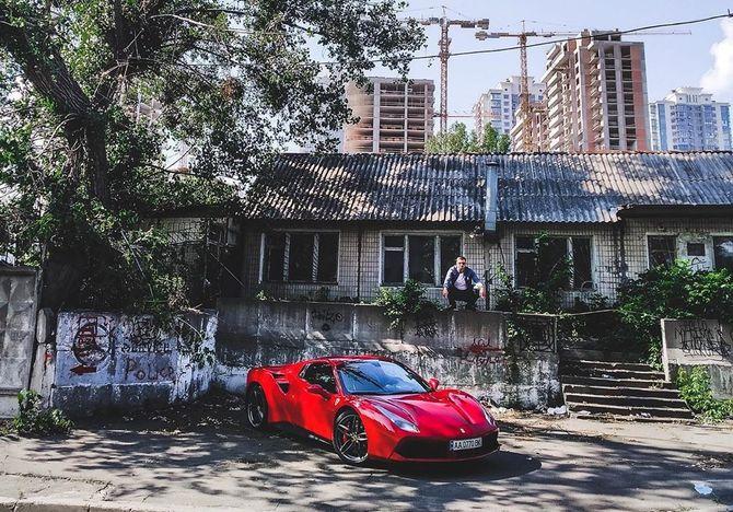 67323258-2383828285034226-1625652283756667020-n-1 Червоний Ferrari посеред столичних нетрів здивував киян