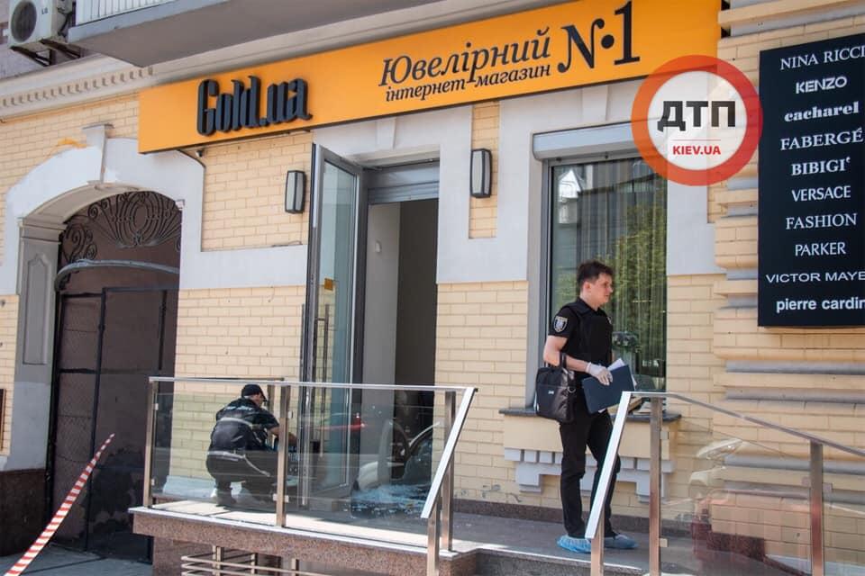 Пограбування тижня: у Києві обікрали ювелірний магазин - рушниця, нападник, Київ - 67465356 1385119798320576 8634062640777265152 n