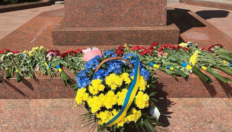 З квітами, але без параду: як українці святкуватимуть День незалежності