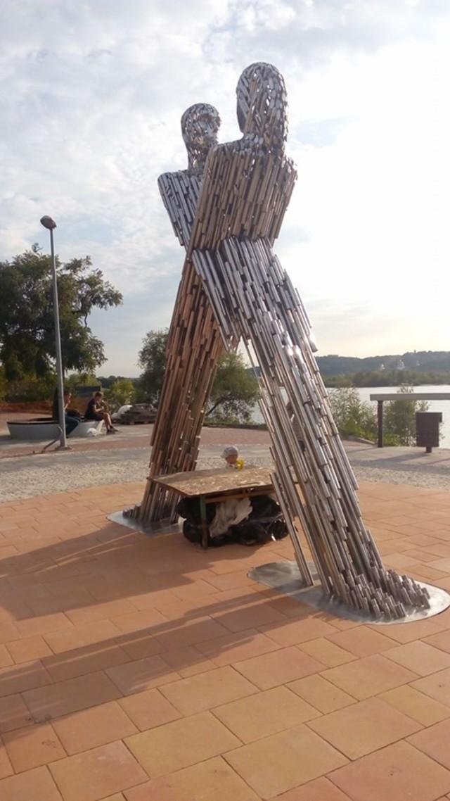 На столичній набережній встановили скульптуру закоханих -  - 5d64dfa4622ad