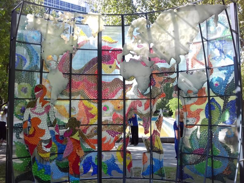 Мистецтво з пластикових кришок: у столиці з'явилася екологічна інсталяція -  - 5d67c643ecead