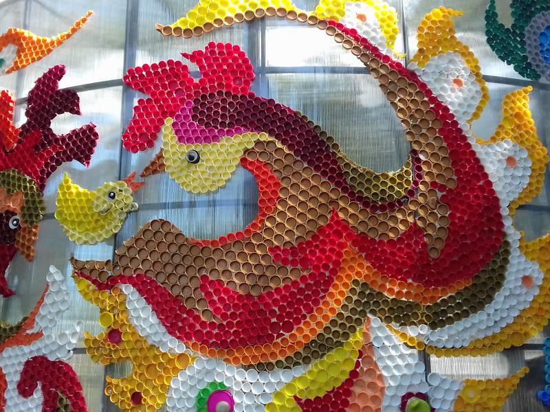 Мистецтво з пластикових кришок: у столиці з'явилася екологічна інсталяція -  - 5d67c645c66e6