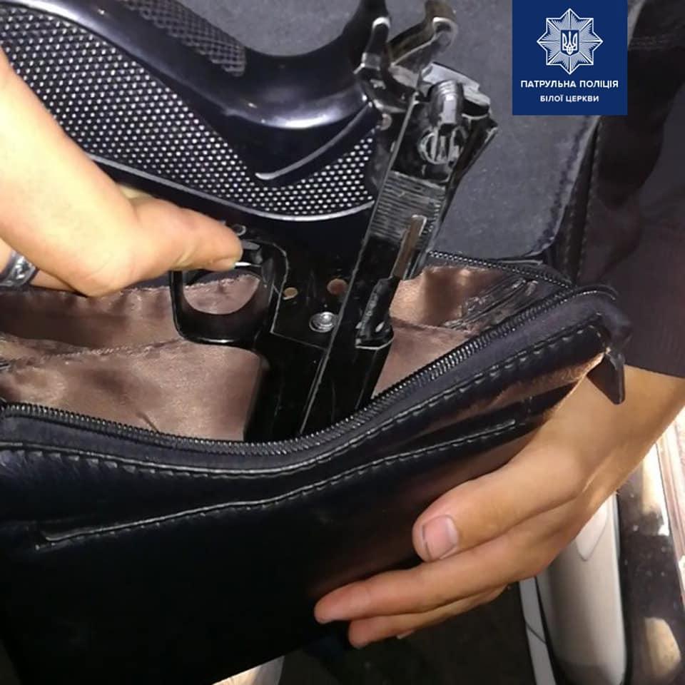 У Білій Церкві чоловік носив у сумці зброю - Поліція, патрульні, зброя, Білоцерківський район, Біла Церква - 67890524 1392235527610170 7359527079894843392 n 1
