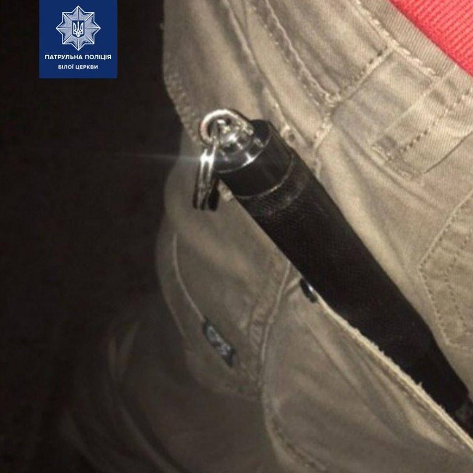 Зі зброєю у кишені: у Білій Церкві молодики «під градусом» самі підійшли до патрульних