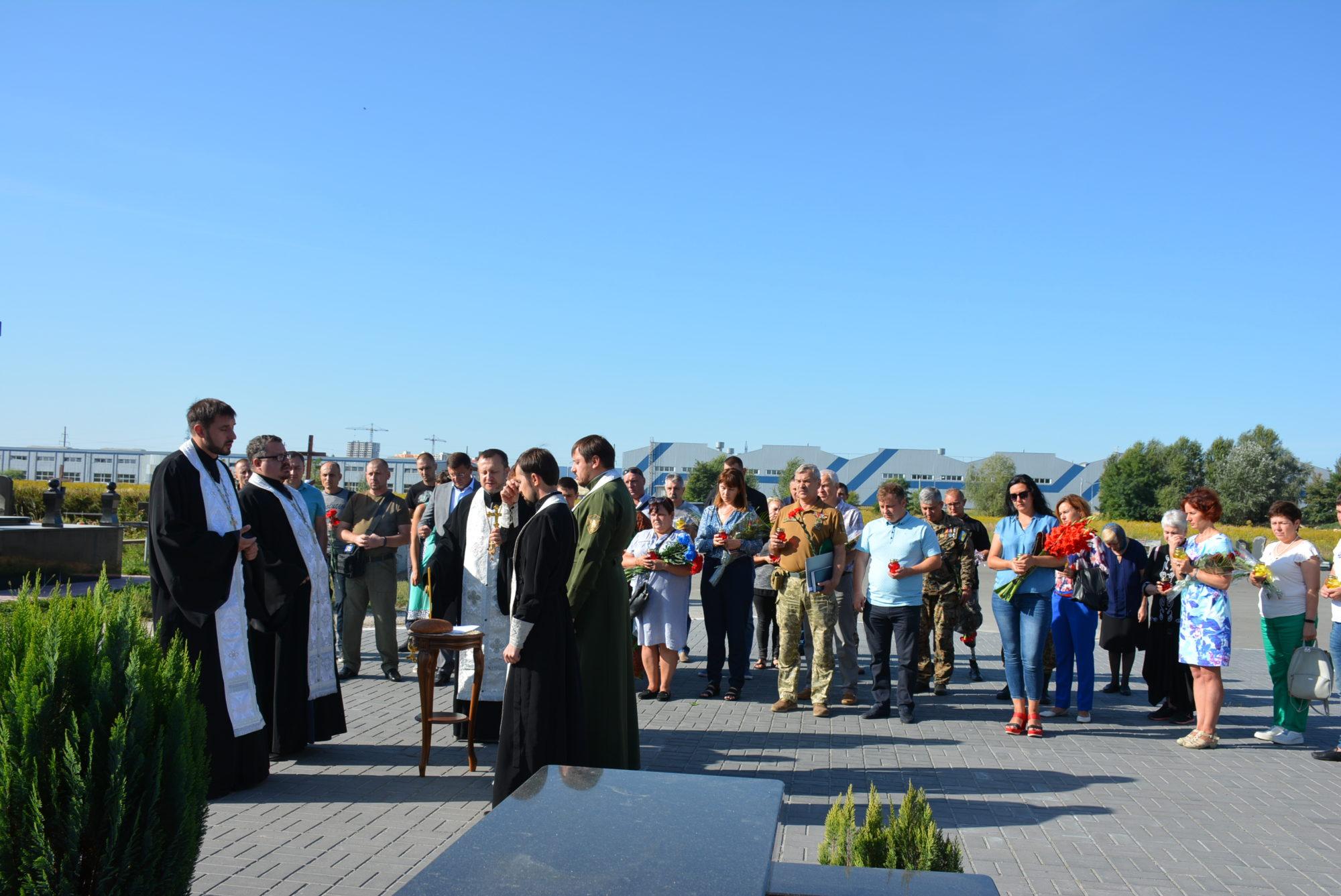 День пам'яті захисників України в Броварах: поминальний молебень та вшанування загиблих -  - DSC 9530 2000x1337