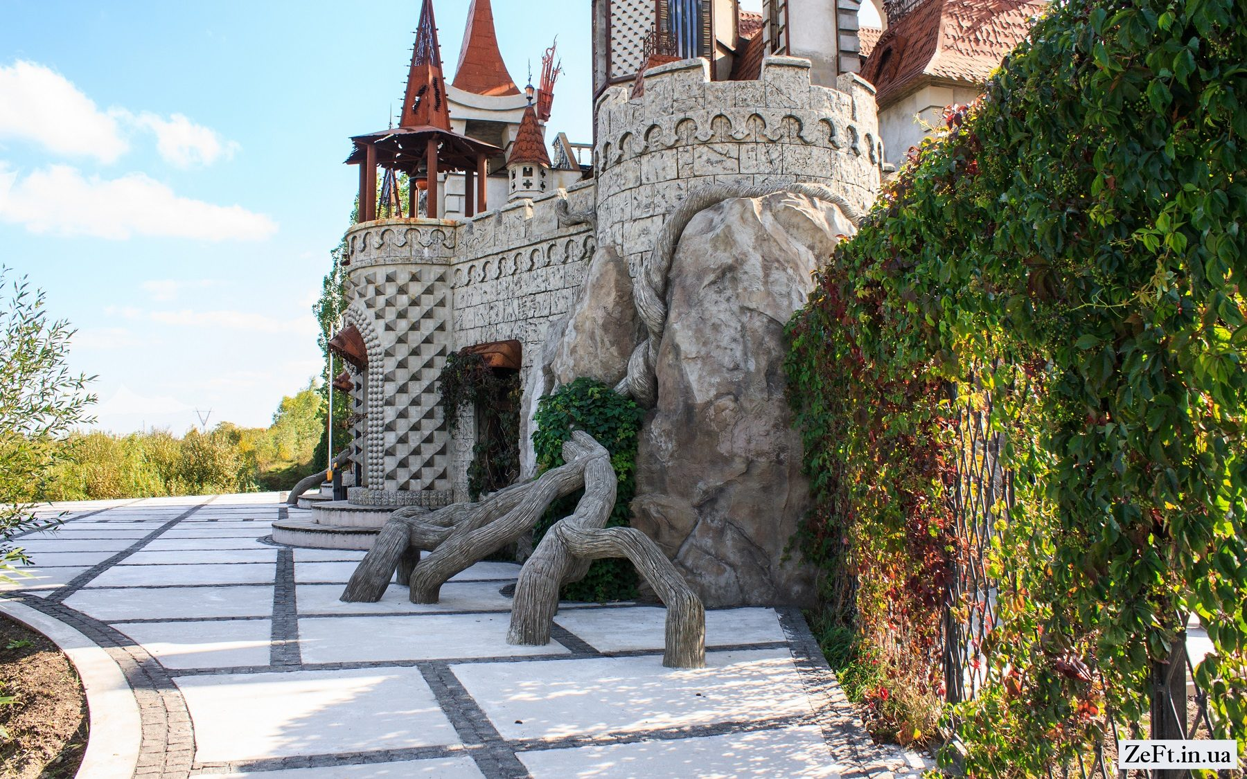 Казковий замок на Київщині -  - Disneyivskij zamok vid kinostudiyi Victoria Film Studios s.Gurivshhina 11 1800x1125