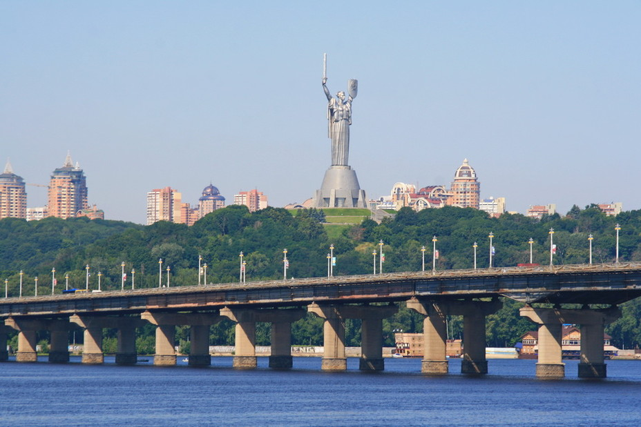 MnrZz86u Самотня дитина ходила мостом Патона
