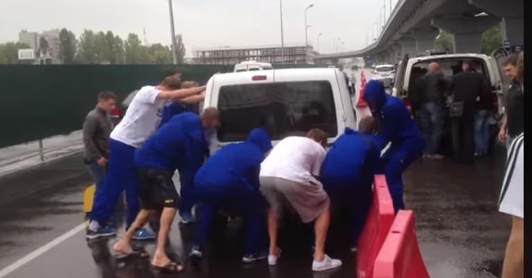 """Баскетболісти переставили неправильно припарковане авто у """"Борисполі"""" (відео) -  - Novyj rysunok 2"""