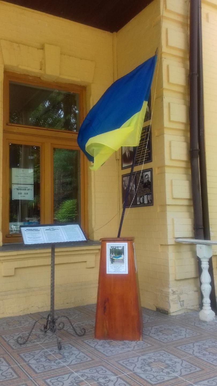 Persh-prapor-1-1 У Ворзелі експонують Прапор Незалежної України, який першим підняли в Приірпінні