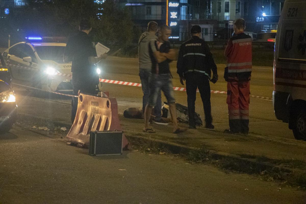 Trup-1 На київській кільцевій чоловіка з перерізаним горлом викинули із автомобіля