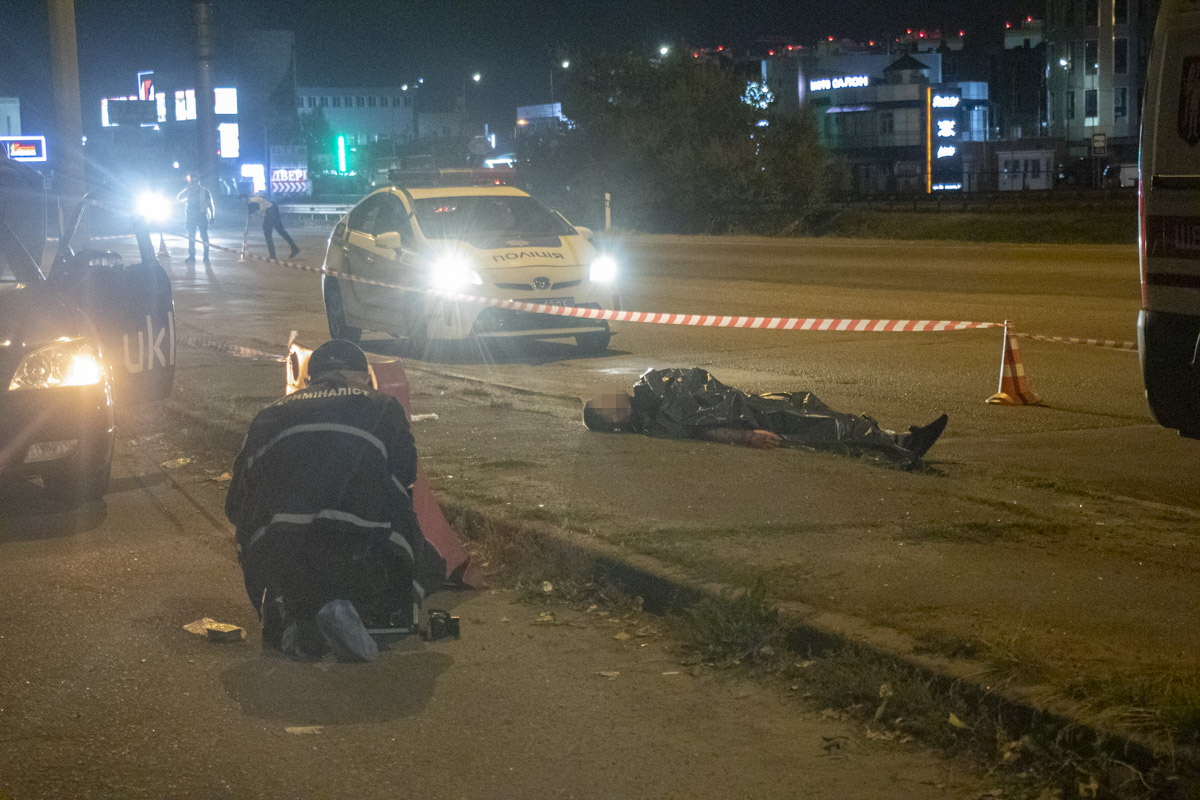 Trup-6 На київській кільцевій чоловіка з перерізаним горлом викинули із автомобіля