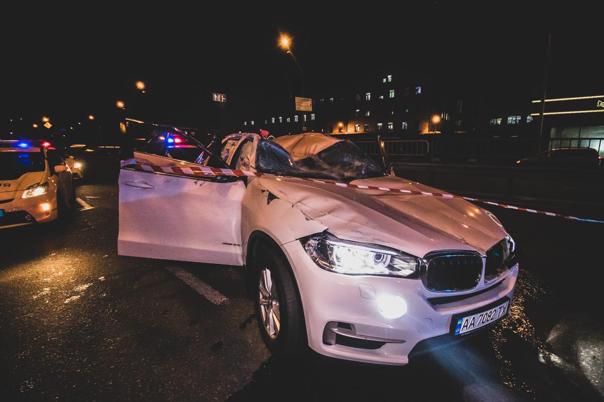 Погоня у Києві: втікаючи від поліції, водій BMW перевернувся, його та пасажира забрала «швидка» - Швидка допомога, постраждалі, Поліція Києва, київщина, Київ, Аварія - dtp demeevka 4