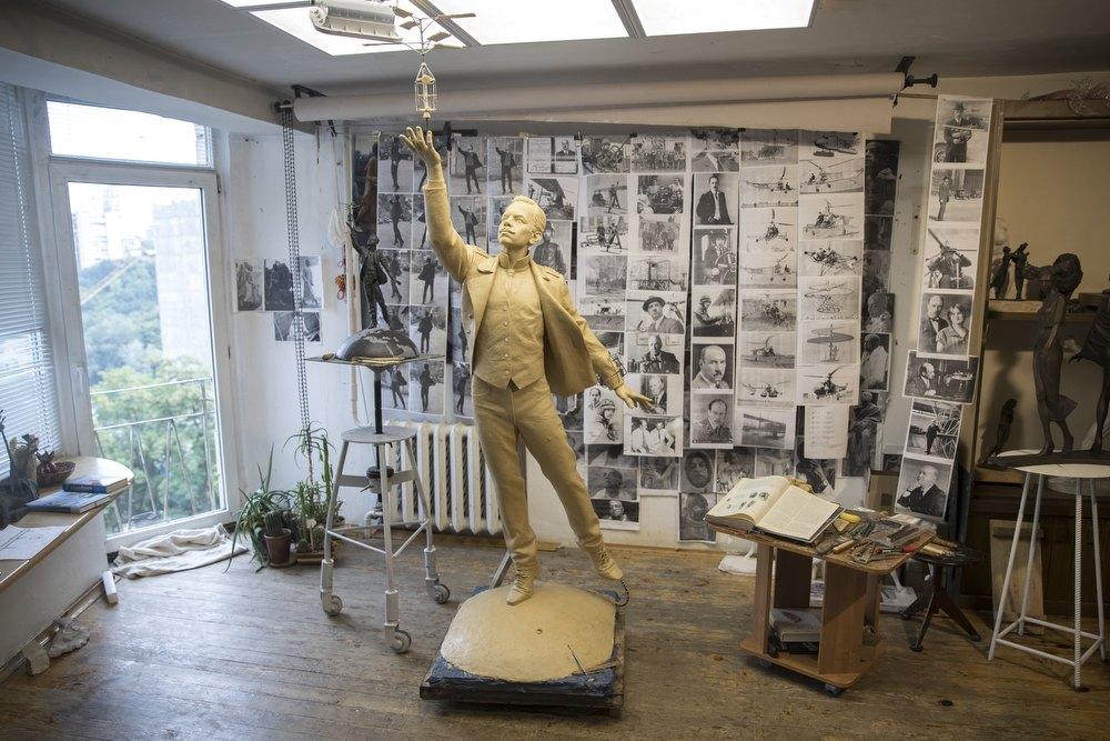 """Кличко показав, як встановлюють пам'ятник Сікорському - пам'ятник, Мистецтво, КМДА, Віталій Кличко, аеропорт """"Жуляни"""" - fKPibRsQs1OJcifeMEYeGQ"""