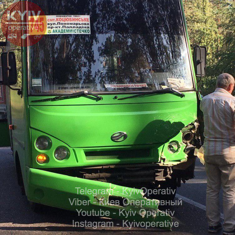 ДТП у Коцюбинському: дорогу не поділили Audi та маршрутка №745 -  - 1 9