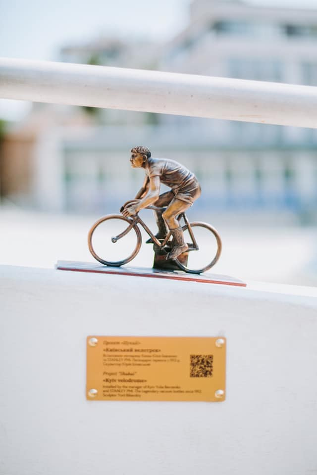 """Бронзовий велосипедист: у столиці встановили 20-ту міні-скульптуру проекту """"Шукай"""" -  - 2 11"""