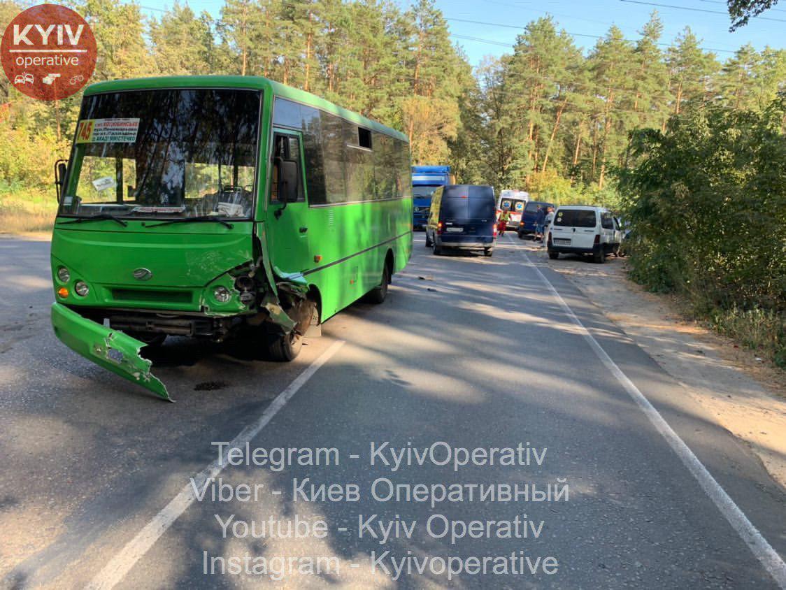ДТП у Коцюбинському: дорогу не поділили Audi та маршрутка №745 -  - 2 7