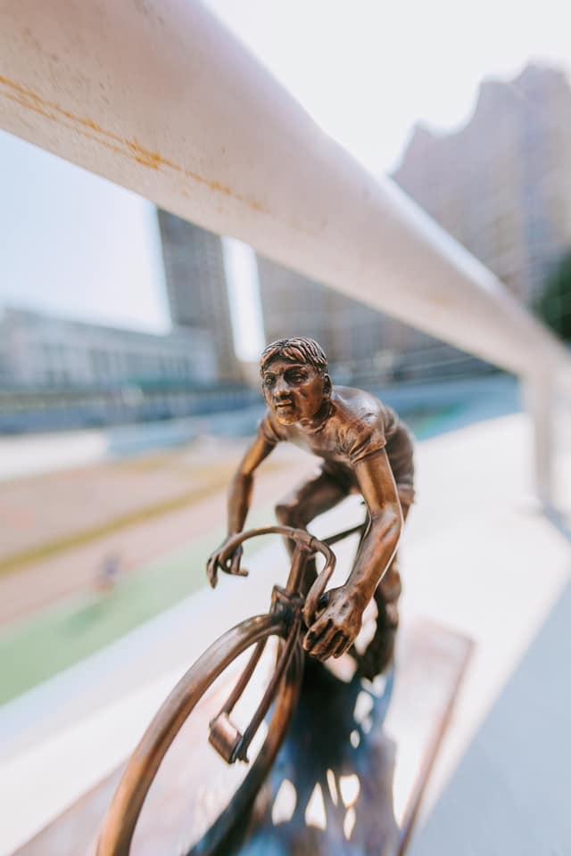 """Бронзовий велосипедист: у столиці встановили 20-ту міні-скульптуру проекту """"Шукай"""" -  - 3 8"""